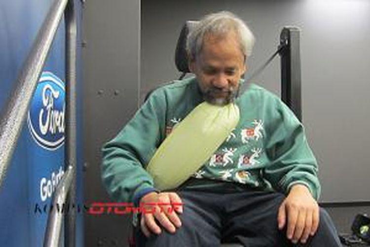 Demonstrasi penggunaan kantong udara pada seat belt untuk penumpang belakang
