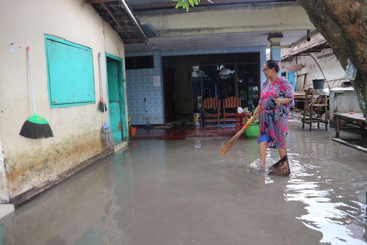 Warga Dusun Beluk, Desa Jombok, Kecamatan Kesamben, Kabupaten Jombang Jawa Timur, membersihkan sampah dan sisa lumpur akibat banjir, Jumat (15/1/2021).