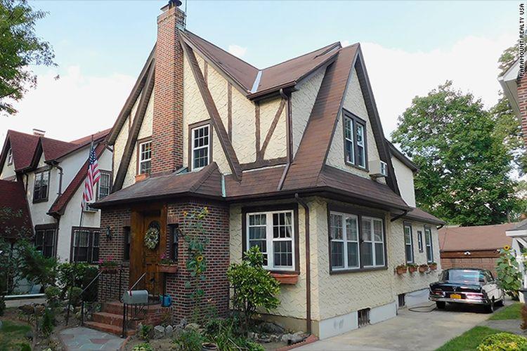 Rumah bergaya Tudor itu berlokasi di Jamaica Estates, sebuah lingkungan mewah di wilayah Queens dan tercatat memiliki lima kamar tidur, empat dan setengah kamar mandi, dan sebuah garasi berkapasitas dua mobil.