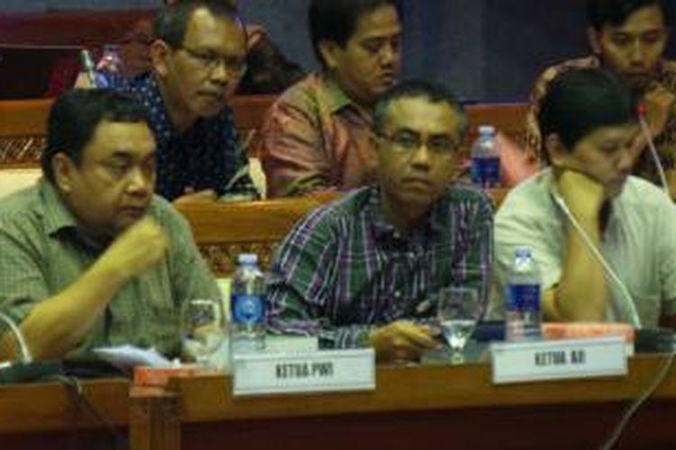 Ketua Umum Aliansi Jurnalis Independen (AJI) Eko Maryadi saat menyampaikan sejumlah permasalahan yang dialami wartawan kepada pemerintah dan Komisi IX DPR dalam rapat dengar pendapat di Gedung Parlemen, Jakarta, Selasa (9/7/2013).