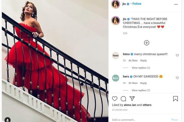 Gaya Jennifer Lopez dengan gaun merah di malam Natal.