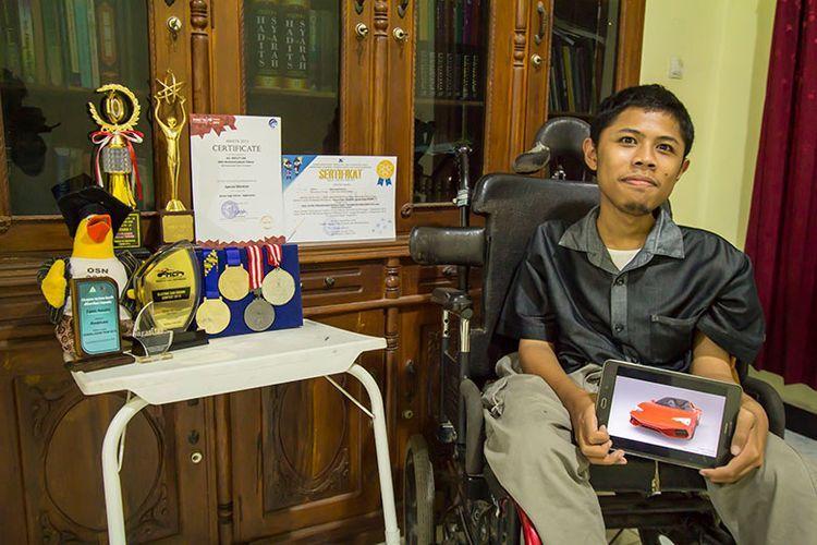 Fahmi Husein bersama medali dan piagam yang pernah dia peroleh.