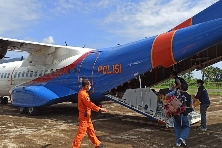 Pesawat kargo yang membawa bantuan penanganan darurat siklon tropis Seroja tiba di Bandar Udara (Bandara) El Tari, Kupang, Nusa Tenggara Timur pada pagi ini, Kamis (8/4)
