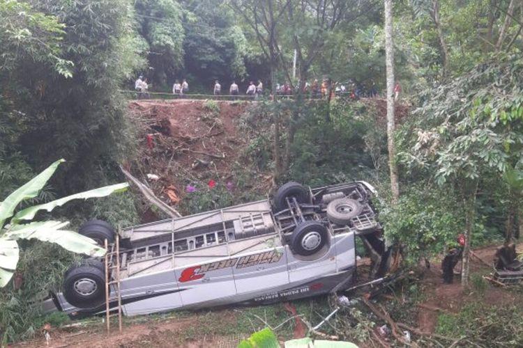 Korban kecelakaan bus maut di Tanjakan Cae, Sumedang, Jawa Barat menjadi 30 orang, Rabu (17/3/2021). AAM AMINULLAH/KOMPAS.com