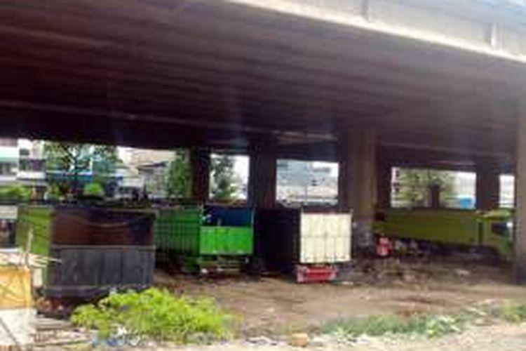 Kolong tol Sedyatmo, Pluit, Penjaringan, tampak dijadikan tempat parkir truk.