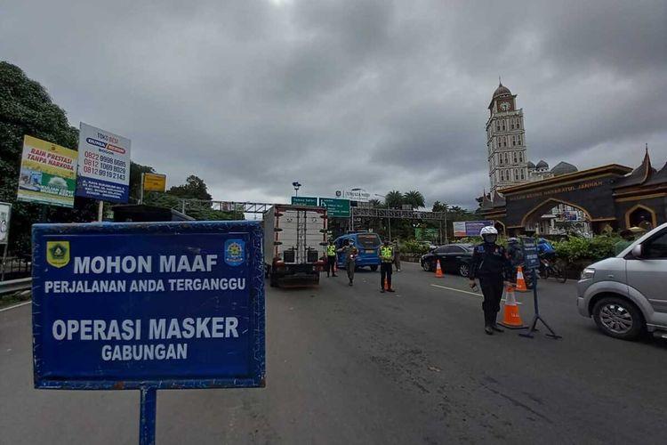 Sejumlah petugas gabungan tampak memutarbalikkan kendaraan yang tidak membawa bukti surat rapid test antigen di Simpang Gadog, Puncak Bogor, Jawa Barat, Kamis (11/3/2021).