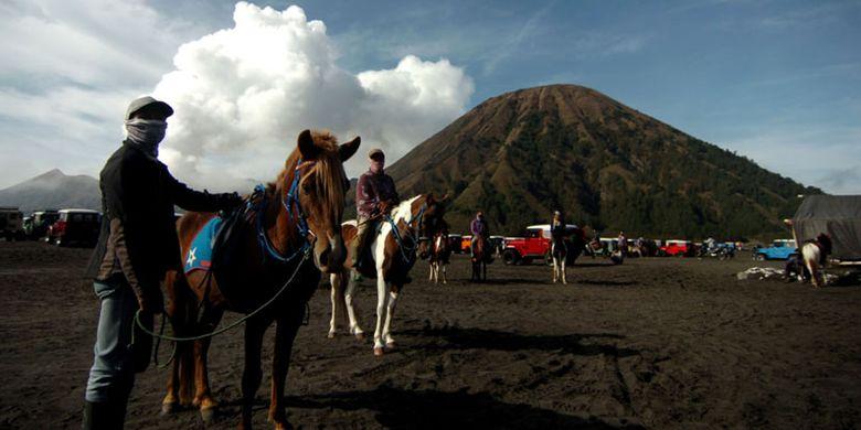 Sejumlah jasa sewa kuda berada di lautan pasir Gunung Bromo, Probolinggo, Jawa Timur, Kamis (8/11/2018). Lautan pasir seluas 5,920 hektar (sekitar 10 km persegi) membentang mengelilingi Gunung Bromo, Gunung Batok , Gunung Widodaren, Gunung Kursi dan Gunung Watangan, berada pada ketinggian 2100 m dpl tersebut merupkan salah satu tempat wisata yang digemari wisatawan dari luarkota maupun mancanegara.