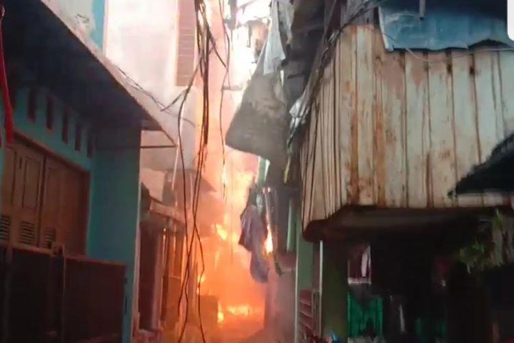 Kebakaranmelanda permukimanpadat pendudukdi Jalan Keadilan Dalam, RT 002/001, Kelurahan Keagungan, KecamatanTaman Sari, Jakarta Barat, Minggu (18/4/2021).