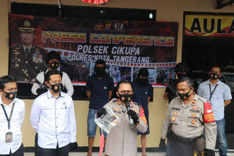 Kapolresta Tangerang Kombes Pol Ade Ary Syam Indradi memegang barang bukti kunci letter T yang digunakan pelaku pencurian sepeda motor di Polsek Cikupa Tangerang, Senin (3/8/2020)