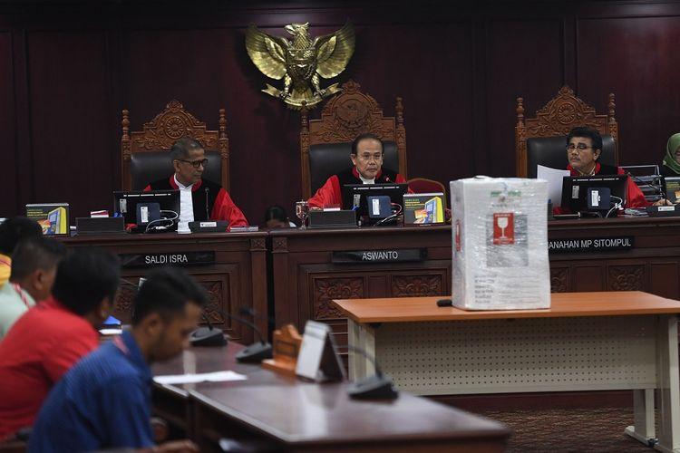 Hakim Konstitusi, Saldi Isra (kiri), Aswanto (tengah) dan Manahan MP Sitompul (kanan) memimpin sidang lanjutan Perselisihan Hasil Pemilihan Umum (PHPU) Pileg 2019 di Mahkamah Konstitusi, Jakarta, Kamis (25/7/2019). Majelis Hakim Konstitusi memerintahkan KPU untuk membuka kotak suara di TPS 12 Sungai Lekop, Bintan Timur, Kepri dan menghitung ulang suara untuk memeriksa jumlah suara perseorangan yang diduga berpindah untuk Partai Golkar dengan cara yang tidak sah. ANTARA FOTO/Akbar Nugroho Gumay/wsj.