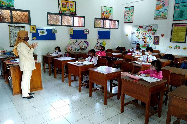 Siswa-siswi kelas I SDN Kepanjenlor-2 Kota Blitar mengikuti kegiatan pembelajaran tatap muka (PTM), Senin (22/3/2021)