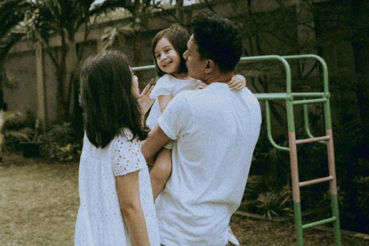 Rendy Pandugo dan keluarga kecilnya.