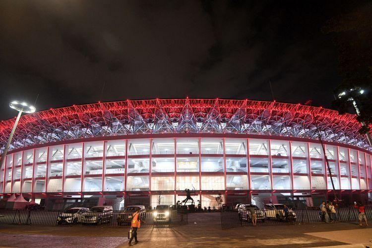 Pemandangan di kawasan Stadion Utama Gelora Bung Karno, Jakarta, Sabtu (13/1) malam. Renovasi stadion yang menelan biaya sebesar Rp769 miliar tersebut telah selesai dan rencananya akan diresmikan Presiden Joko Widodo pada Minggu (14/1) petang sesaat sebelum dipergunakan untuk pertandingan antara Timnas Indonesia melawan Timnas Islandia. ANTARA FOTO/Sigid Kurniawan/1pd/8.