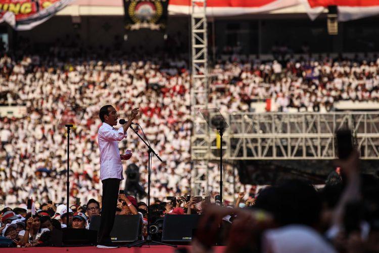 Calon Presiden no urut 01, Joko Widodo memberikan orasi politik saat kampanye akbar bertajuk Konser Putih Bersatu di Stadion Gelora Bung Karno, Jakarta, Sabtu (13/4/2019).