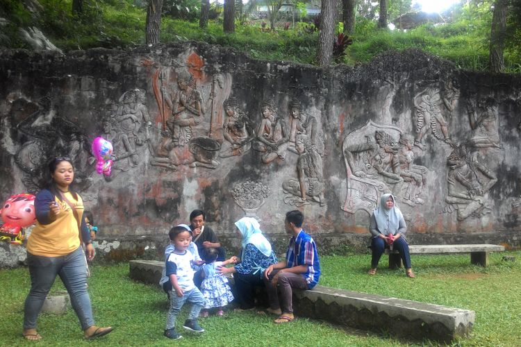 Relief kisah pewayangan Sugriwo Subali yang berada di sekitaran mulut Goa Kiskendo. Komunitas seni Yogyakarta saat itu yang membuat relief itu di tahun 1980-an.