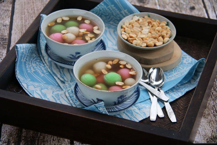 Ilustrasi wedang ronde, kuliner peranakan terdiri dari bola ketan berisi bubuk kacang tanah yang dihidangkan dengan kuah jahe.