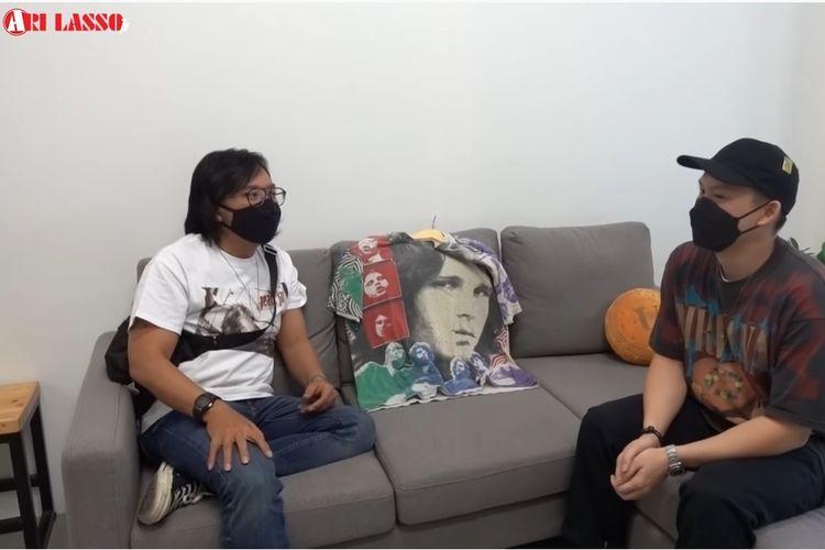 Penyanyi Ari Lasso (kiri) berbincang tentang kaus vintage band dengan Erick, pemilik toko kaus vintage Prime Time.