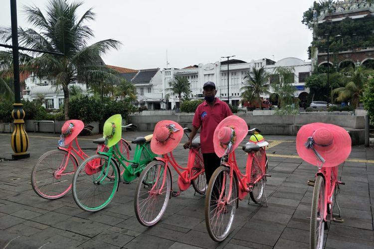 Suharto, penyewa sepeda ontel di Wisata Kota Tua, Jakarta menanti pengunjung, Kamis (5/11/2020).