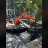 Video Viral Pengerukan Kanal Air Banyak Isinya Sepeda, Kok Bisa?