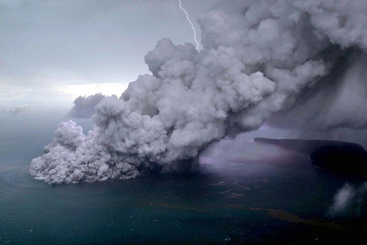 Foto udara letusan Gunung Anak Krakatau di Selat Sunda, Minggu (23/12/2018). Badan Meteorologi, Klimatologi, dan Geofisika (BMKG) menyampaikan telah terjadi erupsi Gunung Anak Krakatau di Selat Sunda pada Sabtu, 22 Desember 2018 pukul 17.22 Wib dengan tinggi kolom abu teramati sekitar 1.500 meter di atas puncak (sekitar 1.838 meter di atas permukaan laut).