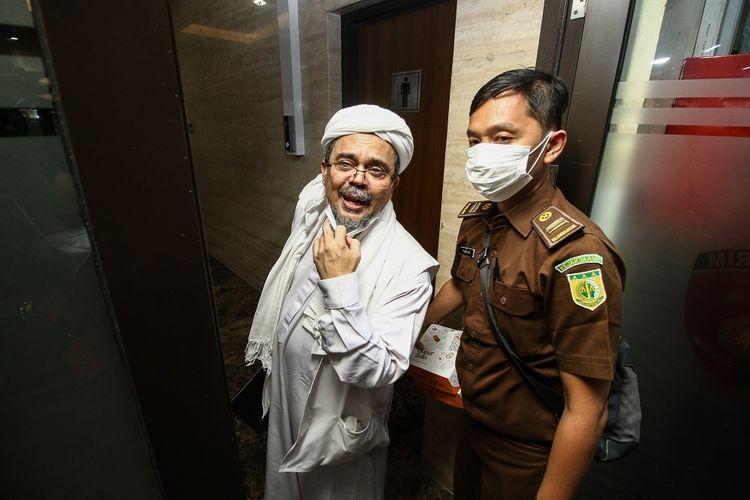 Terdakwa Rizieq Shihab (kiri) memasuki gedung Bareskrim Polri usai menjalani sidang tuntutan di Jakarta, Kamis (3/6/2021). Pada sidang tersebut JPU menuntut Rizieq Shihab pidana penjara selama enam tahun untuk kasus tes usap RS UMMI, Bogor. ANTARA FOTO/Rivan Awal Lingga/wsj.