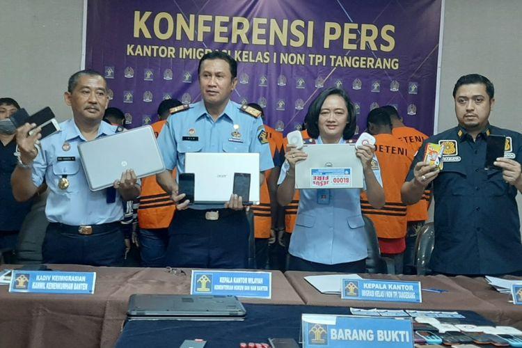 Kepala Kantor Imigrasi Non TPI Kelas I Kota Tangerang Felicia Sengky Ratna (Kedua Kanan) di Kantornya, Senin (24/2/2020)