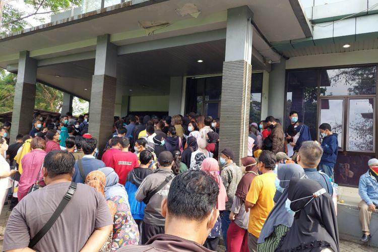 Puluhan warga yang hendak mendaftarkan diri untuk divaksin Covid-19 di Gedung MUI Kota Tangerang, Banten, Selasa (15/6/2021). Usai mendaftar, mereka dijadwalkan untuk menerima vaksin di Pusat Pemerintahan Kota (Puspemkot) Tangerang.