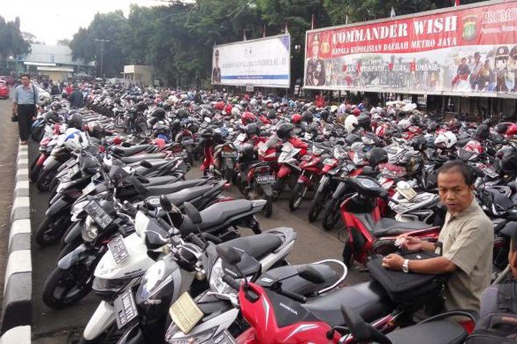 Kondisi lahan parkir di Mapolda Metro Jaya, Kamis (9/11/2016).