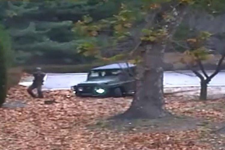 Foto yang diambil dari video yang ditangkap kamera CCTV militer Korea Selatan memperlihatkan prajurit Korea Utara melepaskan tembakan ke arah rekannya yang membelot.