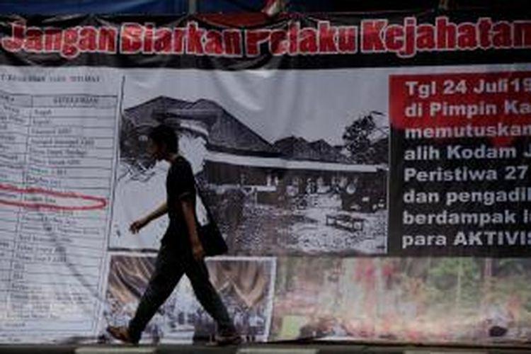 Poster besar peringatan peristiwa 27 Juli dipasang di depan bekas kantor DPP Partai Demokrasi Indonesia, Jakarta, Kamis (26/7/2012). Perebutan paksa kantor DPP PDI 16 tahun silam diperingati tahun ini dengan peluncuran buku Tjiptaning 'Menyusuri Jalan Perubahan' disertai renungan dan pemutaran film.