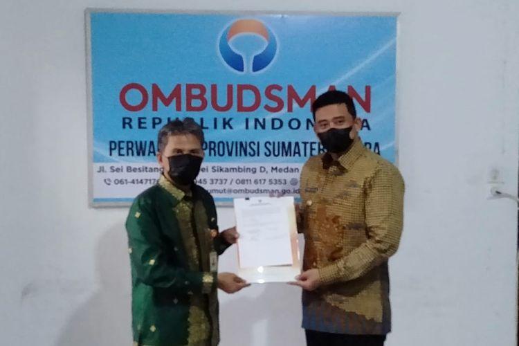 Kepala Ombudsman RI Perwakilan Sumut, Abyadi Siregar menyerahkan laporan akhir hasil pemeriksaan (LAHP) dugaan kasus tabung oksigen kosong di RS Pirngadi kepada Wali Kota Medan, Bobby Nasution, Jumat (11/6/2021).