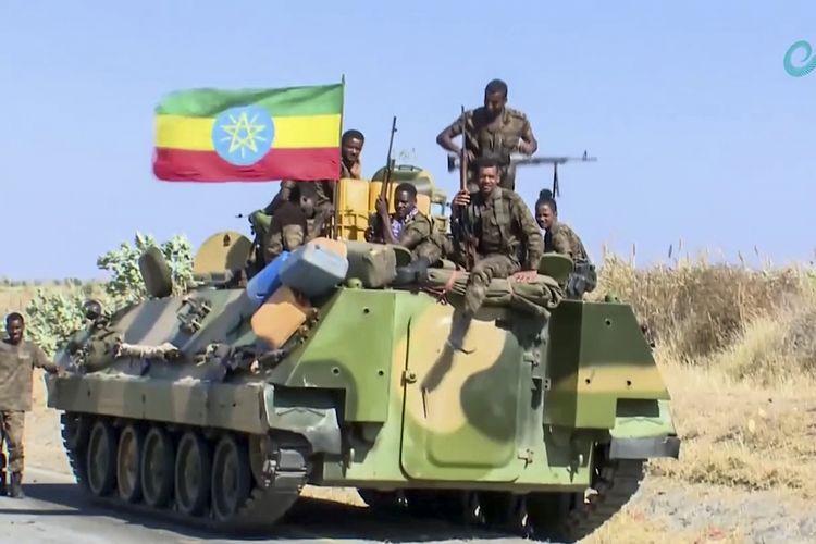 Foto tak bertanggal yang dirilis Ethiopian News Agency pada 16 November 2020, menunjukkan militer Etiopia duduk di atas kendaraan lapis baja dengan bendera nasional mereka, dekat perbatasan dengan Tigray dan Amhara.
