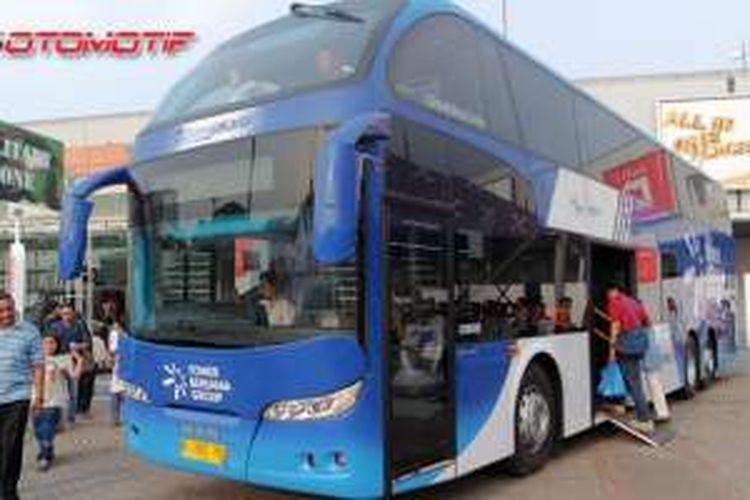 Bus tingkat wisata hibah Tower Bersama Group untuk Transjakarta dipamerkan di Indonesia International Motor Show, Sabtu (9/4/2016).
