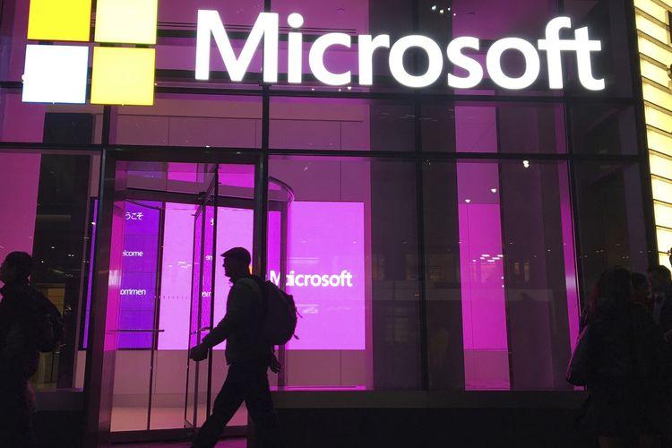 Dalam file foto 10 November 2016 ini, tampak seseorang berjalan melewati kantor Microsoft di New York. Microsoft mengatakan Kamis, (10/9/2020), bahwa badan intelijen militer Rusia yang sama yang meretas Demokrat pada 2016 telah mencoba membobol lebih dari 200 organisasi dalam beberapa pekan terakhir, termasuk partai politik dan konsultan.