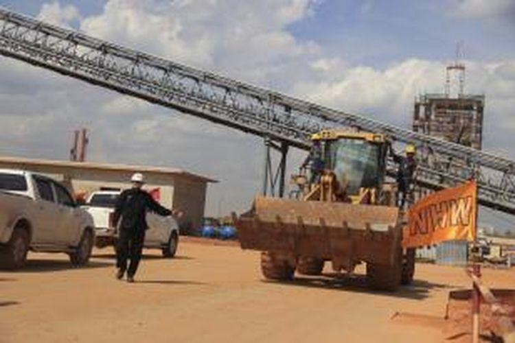 Smelter atau pabrik pengolahan dan pemurnian mineral PT Well Harvest Winning (WHW) Alumina Refinery, di Air Upas, Ketapang, Kalimantan Barat Selasa (4/8/2015). Tiap tiga ton MGB (metallurgical grade bauxit) menghasilkan satu ton SGA. Tahap I, kapasitas produksi smelter WHW sebanyak 1 juta ton SGA per tahun. Progress smelter per Juli 2015, mencapai 63 persen.
