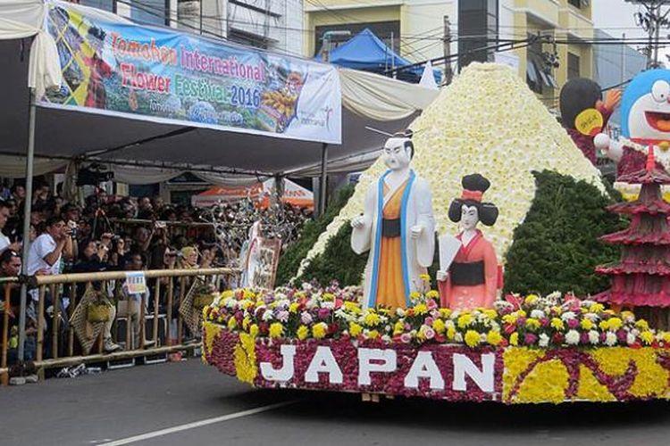 Peserta dari Jepang menampilkan Gunung Fuji dan kimono pakaian khas masyarakat Jepang saat tampil di Festival Bunga Tomohon di Kota Tomohon, Sulawesi Utara, Senin (8/8/2016). Jepang baru pertama kali ini mengikuti festival tersebut.