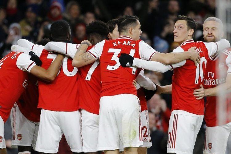 Para pemain Arsenal merayakan gol ketiga yang dicetak oleh striker Gabon-Arsenal Pierre-Emerick Aubameyang dalam pertandingan sepak bola Liga Premier Inggris antara Arsenal dan Everton di Stadion Emirates di London pada 23 Februari 2020.