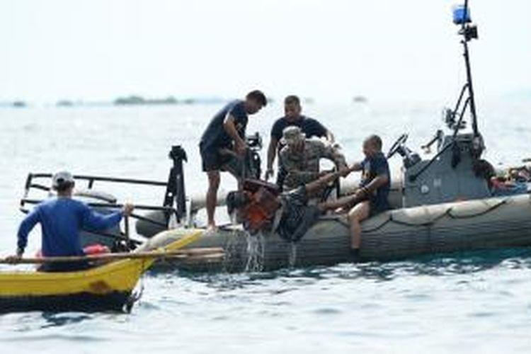 Tim penyelamat sedang mengangkat seorang korban tewas akibat tabrakan antara sebuah kapal feri dengan kapal barang di dekat pelabuhan kota Cebu, Filipina, Jumat (16/8/2013) malam. Sejauh ini korban tewas tercatat 31 orang dan 171 orang lainnya masih dinyatakan hilang.
