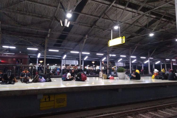 Suasana Stasiun Bandung, Sabtu (8/12/2018) malam. Pada hari ini, keberangkatan maupun kedatangan KA Argo Parahyangan dari dan menuju Jakarta mengalami ketrlambatan karena anjloknya kereta kerja (MTT) di Km 154 + 8/9 antara Stasiun Cilame-Padalarang.