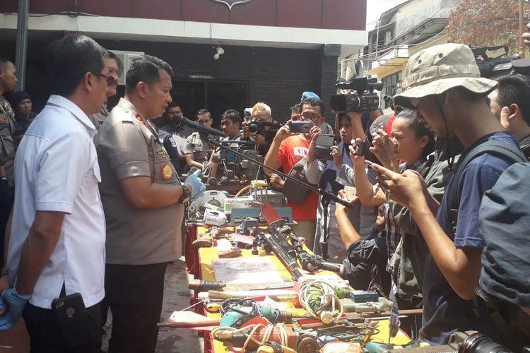 Polda Lampung mengekspos hasil penggerebekan industri rumahan pembuat senjata api rakitan ilegal di Lampung Timur, Senin (30/12/2019). Tersangka pembuat belajar merakit senjata api dengan cara menonton video di Youtube.