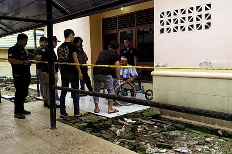 Aparat kepolisian di Kabupaten Gowa, Sulawesi Selatan menggelar olah tempat kejadian perkara (TKP) terkait pertengkaran antar penghuni panti jompo yang mengakibatkan satu penghuni tewas. Kamis, (23/1/2020)