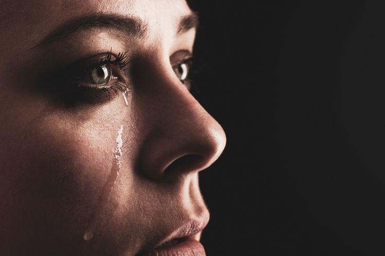 Ilustrasi kehilangan, berduka, perempuan menangis.