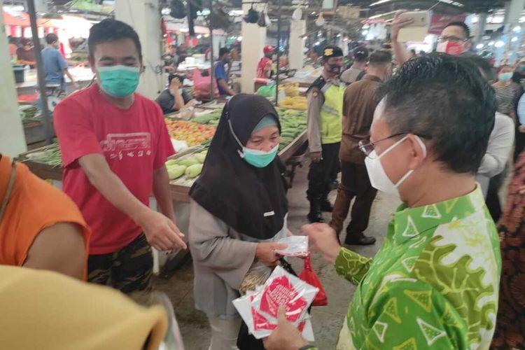 Wali Kota Pontianak, Kalimantan Barat (Kalbar) Edi Rusdi Kamtono mengukuhkan Satuan Tugas (Satgas) Covid-19 Pembatasan Sosial Berbasis Komunitas, di halaman parkir Pasar Flamboyan, Kamis (12/11/2020). Satgas Covid-19 Pembatasan Sosial Berbasis Komunitas ini mempunyai tugas dalam mengawasi, mengendalikan dan berkoordinasi dengan Satgas Covid-19 Kota Pontianak.