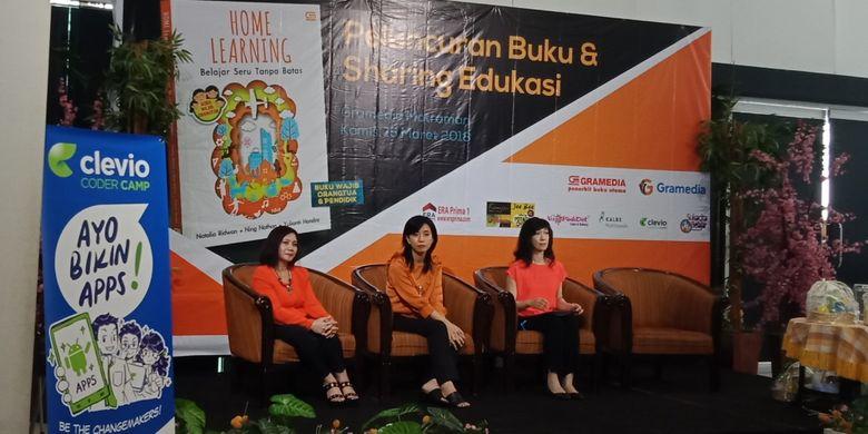 Penulis buku Home Learning: Belajar Seru Tanpa batas, Ning Nathan, Yulianti Hendra dan Natalia Ridwan (paling kiri ke kanan) dalam peluncuran buku di Gramedia Matraman, Jakarta, Kamis (15/3/2018).