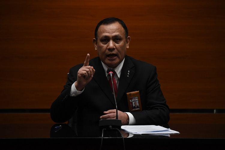 Ketua Komisi Pemberantasan Korupsi (KPK) Firli Bahuri menyampaikan keterangan terkait pelantikan pegawai KPK menjadi Aparatur Sipil Negara (ASN) di gedung KPK, Jakarta, Selasa (1/6/2021). KPK resmi melantik 1.271 pegawai yang lulus tes wawasan kebangsaan (TWK) untuk menjadi ASN. ANTARA FOTO/Akbar Nugroho Gumay