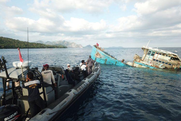 Pangkalan TNI Angkatan Laut (Lanal) Ranai memusnahkan 2 buah barang bukti berupa KIA Vietnam pelaku illegal fishing di Perairan Pulau Tiga Natuna, Kepulauan Riau dengan cara ditenggelamkan, Minggu (3/3/2019) sore.