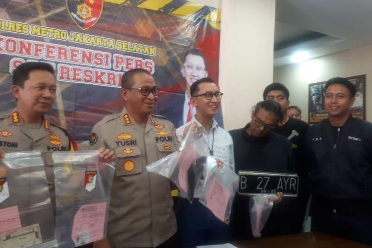 Pengemudi lamborghini AM (nomor tiga dari kanan) yang menodongkan senjata api terhadap dua pelajar di Kemang. Foto diambil di Polres Jakarta Selatan, Selasa (24/12/2019).