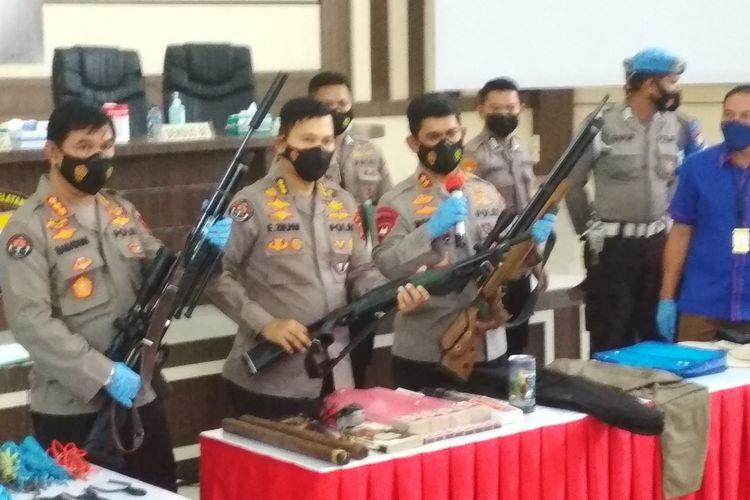 Kapolda Sulsel (kanan) saat menunjukkan beberapa barang bukti terduga teroris JAD Sulsel di Aula Mappaoddang, Mapolda Sulsel, Kamis (7/1/2021).
