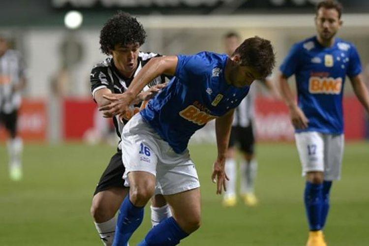 Gelandang Cruzeiro, Lucas Silva (depan).