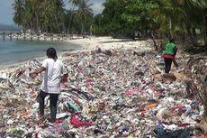 Sampah yang Terbawa Arus Laut Penuhi Pantai Palippis di Sulawesi Barat